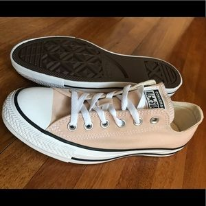 8.5 Brand new, never worn converse